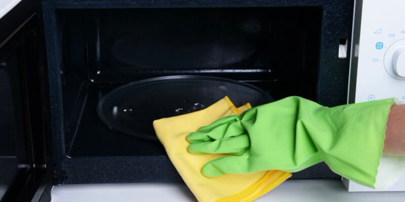Cleaning the microwave with vinegar